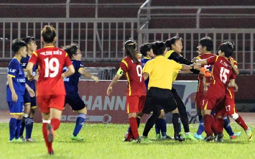 Sốc: Màn loạn đả cuối trận bán kết giải VĐQG bóng đá nữ