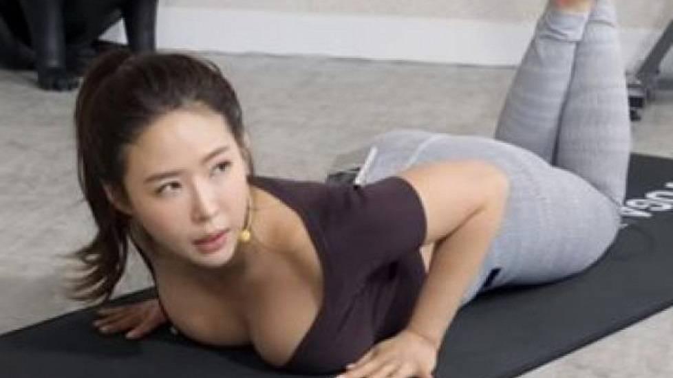 'Bỏng mắt' với cô giáo Yoga siêu gợi cảm