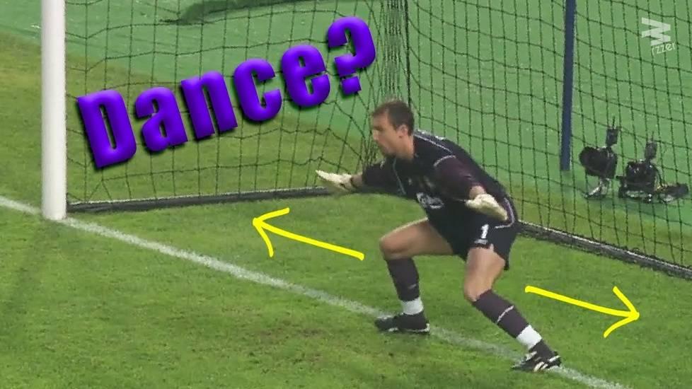 Thủ môn dùng chiêu 'Túy quyền' để cản penalty và cái kết mĩ mãn