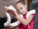 Cô bé 9 tuổi sống cùng 30 con rắn