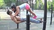 Ngượng ngùng với tư thế độc của cặp đôi thể dục