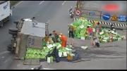 Lật xe tải chở nước ngọt, Sài Gòn tái diễn nạn cướp ngày