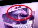 Suýt bị cắt đôi người vì cố thoát khỏi thang máy kẹt