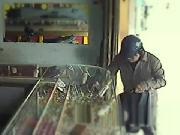 Chủ tiệm vàng thất thần kể lại giây phút đối mặt với băng cướp táo tợn