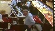 Ôtô mất lái lao thẳng vào nhà hàng đông khách