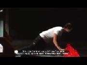 Taecyeon (2PM) quỳ lạy fans hâm mộ ngay trên sân khấu