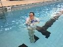 Đứng lửng lơ trong nước 9,5 tiếng mà không bị chìm