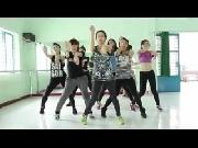 Minh Hằng vén áo khoe eo con kiến khi luyện vũ đạo