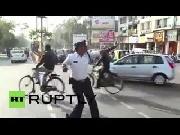 Cảnh sát giao thông nhảy như Michael Jackson để chỉ đường