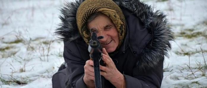 Xem cụ bà 68 tuổi học cầm súng ra trận