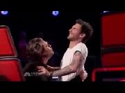 Những pha ôm hôn khiến fan 'đỏmặt' của giám khảo The Voice Mỹ