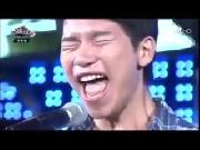 Không thể ngừng cười khi anh ấy cất tiếng hát