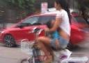 Mẹ một tay bế con, tay kia đánh lộn với cảnh sát ở Trung Quốc