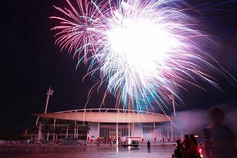 Pháo hoa rực sáng trời thủ đô mừng ngày đất nước thống nhất