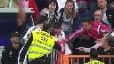 CĐV sung sướng khi được Ronaldo tặng áo