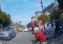 Bố chở con nhỏ vượt ẩu bị ôtô đâm ngã ở Hà Nội