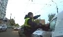 Cảnh sát tung cước đá vỡ kính lôi tài xế khỏi xe