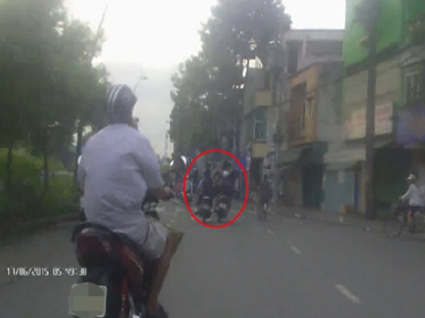 Đôi nam nữ chờ đèn đỏ bị cướp túi xách bên kênh Nhiêu Lộc