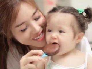 Mẹ con Elly Trần đẹp như mộng trong clip siêu dễ thương