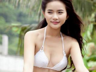 Phan Như Thảo lả lơi khoe chân ''nuột nà'' thẳng tắp