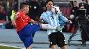 Messi bị cầu thủ Chile đá thẳng vào bụng