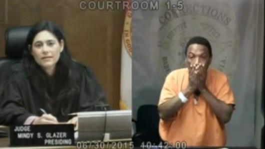 Khoảnh khắc nữ thẩm phán gặp lại bạn thơ ấu trước vành móng ngựa