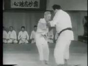 Đỉnh cao võ thuật: 4 võ sĩ không vật nổi 1 ông già