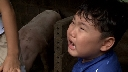 Bé Bi khóc mếu khi bố Xuân Bắc yêu cầu... bắt lợn một mình