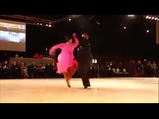 Bộ đôi khiêu vũ ''nghìn cân'' khiến cư dân mạng trố mắt