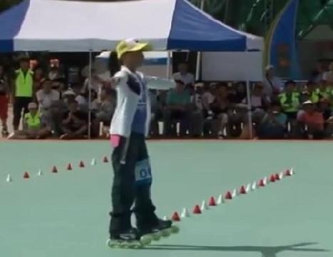 Màn trình diễn ấn tượng của cô bé trượt patin
