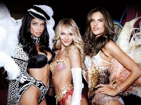Những khoảnh khắc diện Fantasy Bra đẹp mê hồn của thiên thần Victoria's Secret