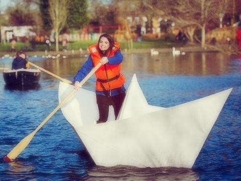Lạ kỳ chiếc thuyền giấy khổng lồ có thể chở người