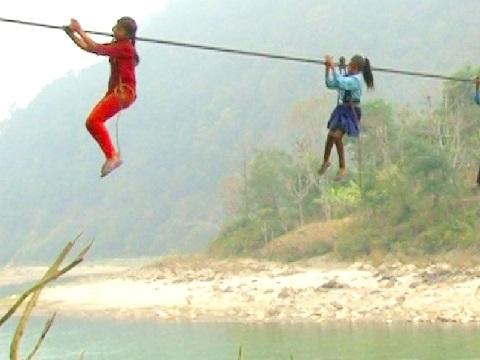 Con đường 'tử thần' đến trường của trẻ em Nepal