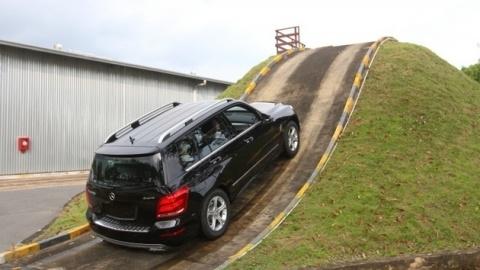 Con đường khiến ô tô tự leo lên đồi ở Ayrshire Scotland