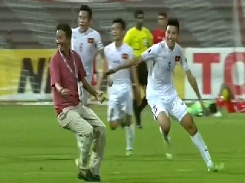 Khoảnh khắc thầy trò Hoàng Anh Tuấn vỡ òa khi kết thúc trận đấu