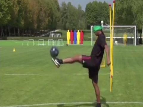 Tuyệt đỉnh: Ronaldinho bịt mắt tâng bóng 44 lần