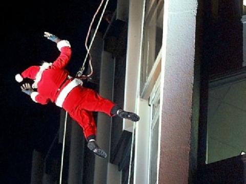 Ông già Noel leo nhà tầng thay vì ống khói