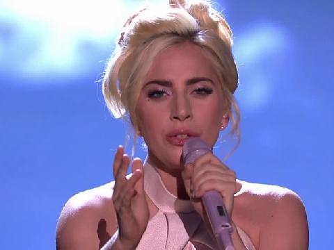 Lady Gaga nữ tính nhất xưa nay khi hát ''Million Reasons''