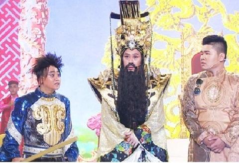 Hoài Linh đeo mặt nạ nhận 92 tỷ đồng trong kịch Táo Quân