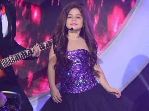 Bé gái 7 tuổi đã nổi tiếng khắp thế giới vì giống hệt Selena Gomez
