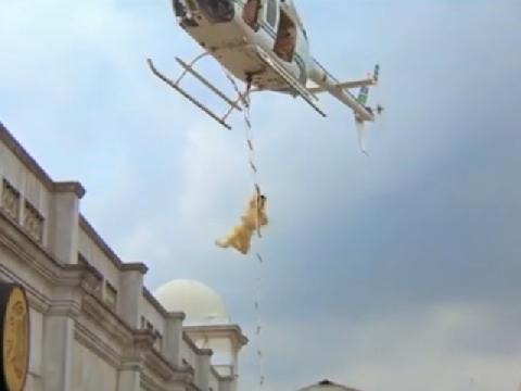 Thành Long treo mình dưới trực thăng đang bay