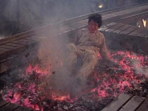Thành Long suýt mù vì trườn qua than nóng