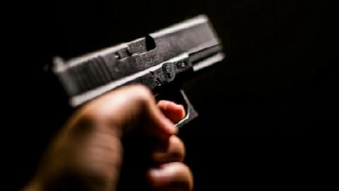 Bị bắn chết khi dừng đèn đỏ vì chuyện tình ái