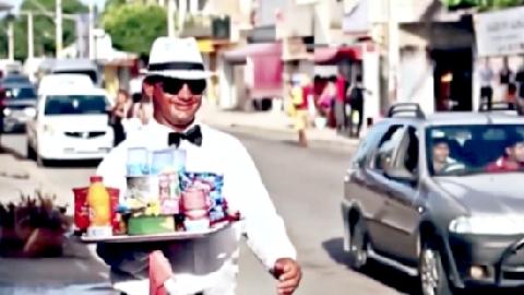 Chàng bán rong 'lịch lãm' nhất thế giới
