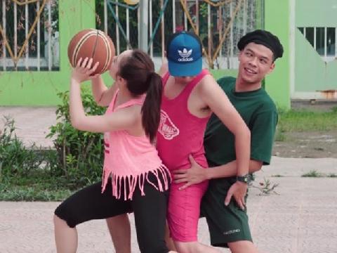 Anh mắt lác chơi bóng rổ