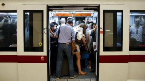 Tàu điện ngầm kéo lê người phụ nữ hơn 100m
