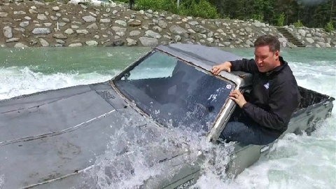 Tài xế ôtô đùa với cơn lũ tử thần!