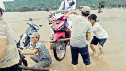 Thót tim: dân Điện Biên khiêng xe máy qua lũ dữ