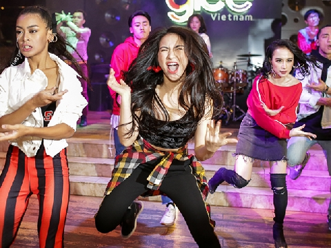 Hòa Minzy siêu quậy trong hậu trường phim Glee