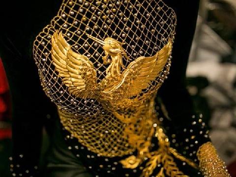 Chiêm ngưỡng toàn cảnh dát vàng 9999 lên áo dài Việt Nam